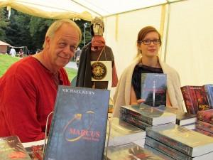 Die Autoren historischer Romane lesen nicht nur, sondern bieten ihre Bücher auch persönlich zum Kauf an: Judith C. Vogt und Michael Kuhn.