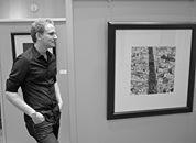 Fotograf Patrick Opierzynski. in seiner Ausstellung. Foto: Dietmar Wäsche