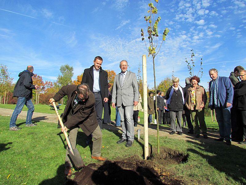 """Vertreter der vier Partnerstädte pflanzten insgesamt vier Bäume im """"Europawald""""."""
