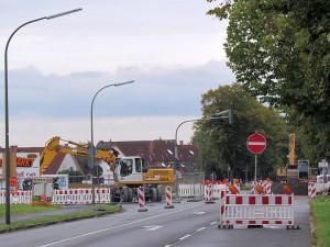 Die Kanalbaustelle Landwehrstraße hat jetzt die Kreuzung Geschister-Scholl-Straße/Auf der Alm erreicht. De Zufahrt zu beiden Straßen ist gesperrt.