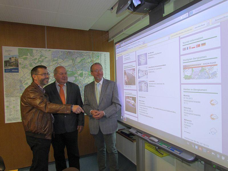 Walter Kärger (l.) erläutert die neue Immobilienbörse der Stadt im Internet, rechts Bürgertmeister Roand Schäfe und in der Mitte Fachdezernent Manfred Turk.