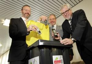Lions-Vizepräsident Martin Weber (li.) und die Bürgermeister Roland Schäfer (mitte) und Hermann Hupe mit einer Handy-Sammeltonne des Lionsclubs BergKamen.