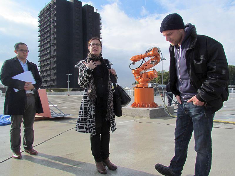 Katja Aßmann erklärt auf dem Parkdeck der Turmarkaden den Ablauf der Lichtkunstaktion zum Abschied des Wohnturms.