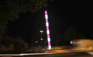 An den Lichtkunst-Stelen der Brüder Löbbert startet der Sternmarsch zum Stadtjubiläum.