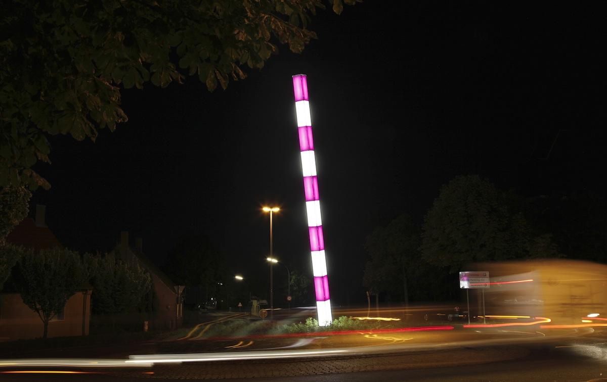 Lichtkunststele der Brüder Löbbert im Kreisverkehr. Foto: Stadt Bergkamen