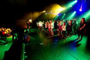 """""""Kommt doch mal alle auf die Bühne"""". Foto: Carolin Tolkemit"""