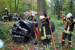 Aus diesem Autowrack konnte die Feuerwehr den Fahrer nur mit ihren Spezialwerrkzeugen befreien. Der Mann war bereits Stunden vorher gesorben. Fotos: Ulrich Bonke