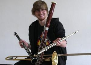 Für Erwachsene, die ein Blasinstrument spielen wollen, bietet die Musikschule der Stadt Bergkamen jetzt ein Schnupperticket und attraktive Angebot. Marc Jacka prä-sentiert vier der fünf Blasinstrumente, die zur Auswahl stehen.