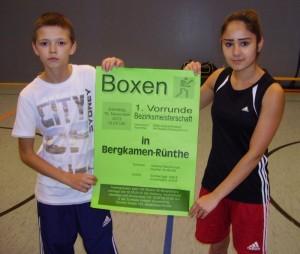 Edgar Zirin und Duygu Sahin präsentieren das Plakat für das Boxturnier am 16. November.