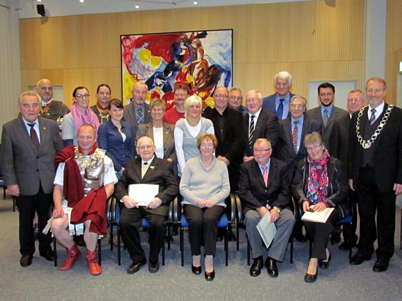 Diese verdienten Bürgerinnen und Bürger wurden mit Silbermedaillen und Ehrenamtskartenausgezeichnet.