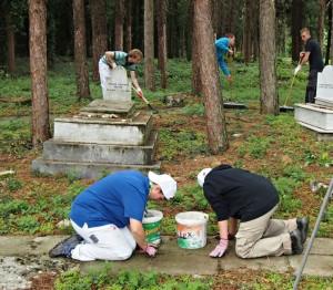Arbeitseinsatz auf dem Jüdischen Friedhof in Griechenland. Bild: Bruno Neurath-Wilson für das aktuelle forum nrw
