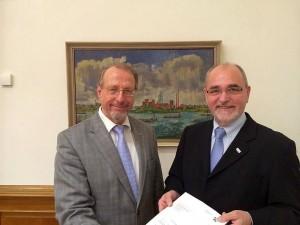 Übergabe des Bewilligungsbescheids: Regierungspräsident Dr. Gerd Bollermann (r.) und Bürgermeister Roland Schäfer. (Foto: RP)