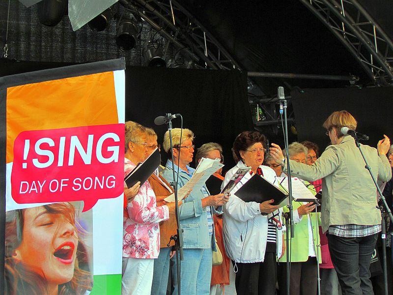 Im Juni2012 fand der Day of Song zeitgleich mit dem Hafenfest in der Marina Rünthe statt.