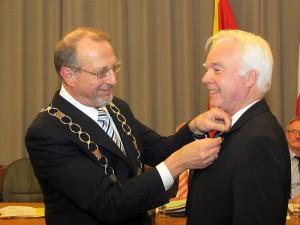 Bürgermeister Roland Schäfer (l.) ehrt den ehemaligen Beigeordneten Bernd Wenske