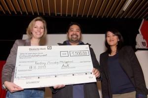 Veronika Born überreicht den Spendenscheck  in Höhe von 1.500 € an Lee und Chris Padilla.