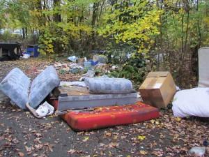 Müll an der Zufahrt zum ehemaligen Zechengelände in Weddinghofen- Diese Foto entstand im November. Besser geworden ist es dort nicht.