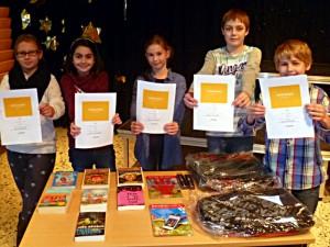 Tim (r.) hat den Vorlesewettbewerb des Gymnasiums gewonnen. Marie (3.v.r.) wurde Zweite.  Sandro, Mona (2.v.l.) und Franziska (1.v. l.) teilen sich Rang drei.