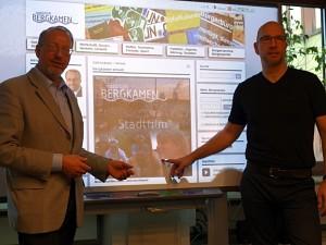 Bürgermeister Roland Schäfer (l) und René Machwirth präsentieren das neue Internetportalen mit den Imagefilmen aus Bergkamen.