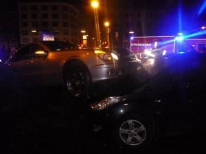 Dieser Mercedes landete nach einem Unfall mit Bergkamener Beteiligung auf der Motorhube eines parkenden Autos.