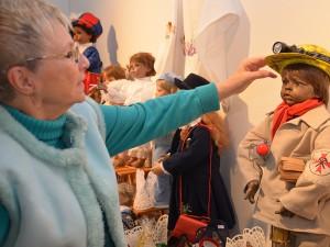 """Heidi Ruland gehört zu den """"Dienstältesten"""" des Oberadener Weihnachtsmarktes - und ihre Puppen hatten sogar Patente."""