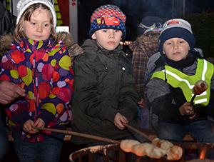 Lecker: Stockbrot lockte die Kinder ans Feuer auf dem Weihnachtsmarkt in Weddinghofen.