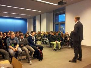 Bundestagabgeordneter Oliver Kaczmarek informiert Bergkamener Gymnasiasten über seinen politischen Alltag in Berlin.