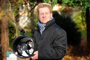 Dr. Tom Fliege mit einem Teleskop