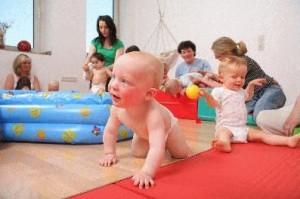Babys und Eltern fühlen sich bei den Angeboten der Elternschule des Klinikums Westfalen sichtlich wohl. In Kooperation mit der Familienbande wird das Programm jetzt ausgeweitet.