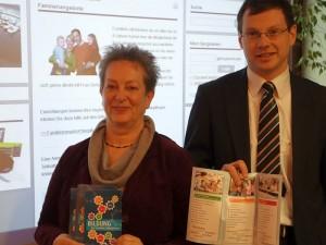 """Juditha Siebert und Holger Lachmann präsentieren die neue Internetseite """"Bildung für Familien in Bergkamen""""."""