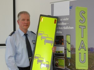 Manfred Blunk, Leiter der Autobahnpolizeiwache Kamen, will mit solchen Hinweisschildern Staus besser absichern. Foto: Claudia Behlau