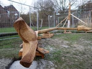 Eine neue Sitzlandschaft in Form eines Störs und zwei Eichenstelen werden zurzeit im Wasserpark aufgebaut.
