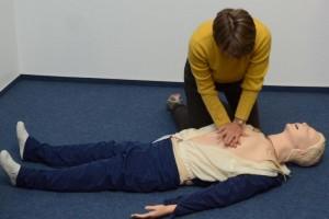 An einer Spezialpuppe wird die Herz-Druck-Massage geübt. (Foto: Klinikum Westfalen)