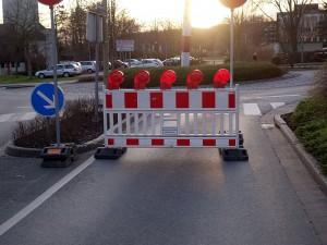 Die Einfahrt von der Landwehrstraße in den Kreisel an der Friedenskirche ist gesperrt.