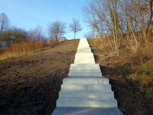 Teil der neuen Treppenanlage, die zum Gipfel der Adener Höhe führt.
