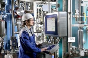 Chemikantin Kathrin Fernahl kontrolliert einen Produktionsprozess. Die dazu erforderlichen Informationen liefert ihr das Prozessleitsystem.