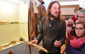 Henning Fenner zeigt anhand des Steinzeitgepäcks, das er auf seiner Wanderung dabei hatte, wie Ötzi lebte.