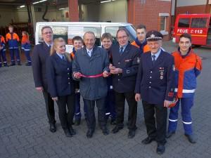 Bürgermeister Roland Schäfer übergab am Freitag offiziell die Schlüsdsel für den neuen Ford Transit an die Jugendfeuerwehr und an den Spielmannszug der Freiwilligen Feuerwehr der Stadt Bergkamen.