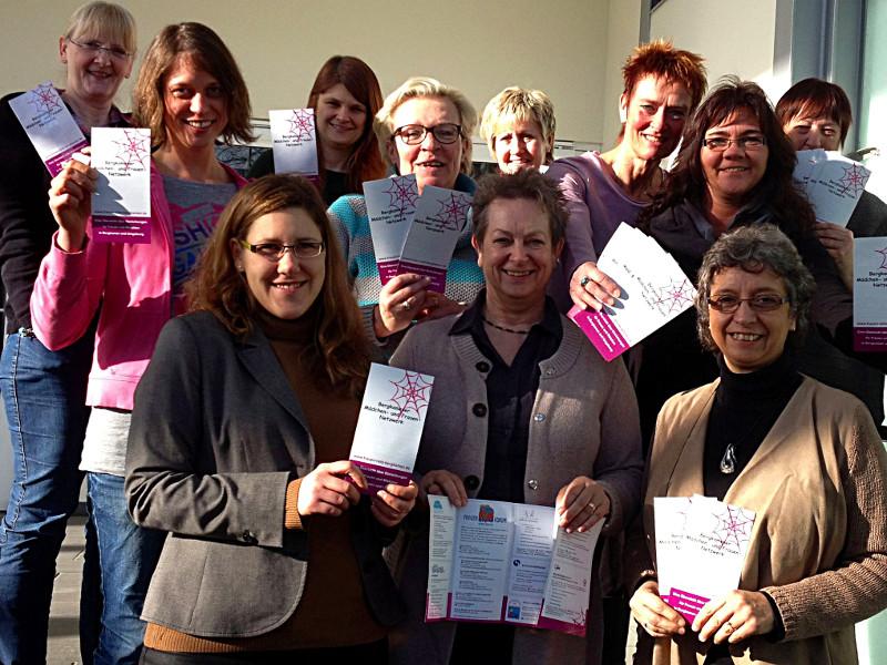 Die Mitglieder des Bergkamener Mädchen- und Frauennetzwerkes stellen die Neuauflage ihres Flyers vor.