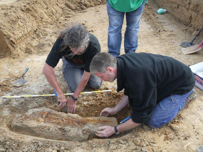 Die Bergung des Fundes auf der heutige Fläche des Logistikparks A2 im Jahr 2011 in Bergkamen. (Foto: LWL)