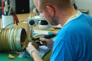 Auch die Schildbuckel wurden sorgsam und aufwändig in der Restaurierungswerkstatt bearbeitet. (Foto: LWL/Burgemeister)