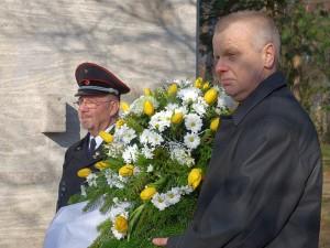 Jürgen Lenz (l.) und Mario Unger legten am Donnerstag im Gedenken an das Grubenunglück vor 68 Jahren einen Kranz nieder.