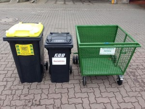 Die neuen Müllgefäße für die städt Friedhöfe warten beim EBB auf ihren Einsatz.