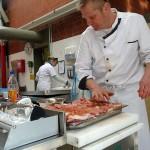 Dann muss es ja munden, wenn Kochausbilder Jörg Bierögrel das Fleisch fürs Mittagsessen in der Lehrküche der Mensa würzt.