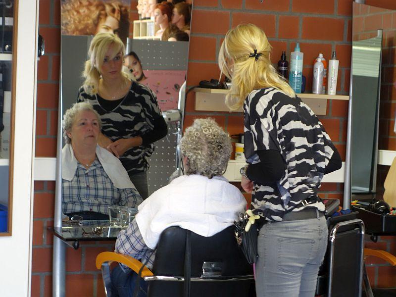 Der TÜV hat in seinem Berufskolleg auch einen Friseursalon. Für die Ausbildung der Nachwuchskräfte werden stets Models gesucht. Besonders gefragt sind Damen, die sich eine Dauerwelle legen lassen wollen.