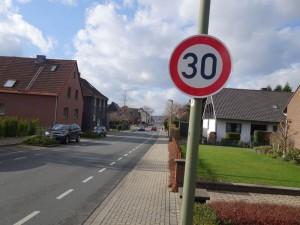 Eins der neuen Tempo 30-Schilder an der Heinrichstraße.
