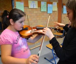 Die Finger an den richtigen Platz und den Bogen richtig halten - dann kommt beim ersten Versuch tatsächlich Musik aus der Geige.