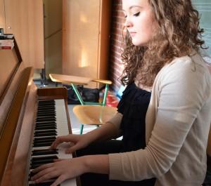 Wencke Rahn beim Einstimmen am Klavier vor ihrem großen Auftritt.
