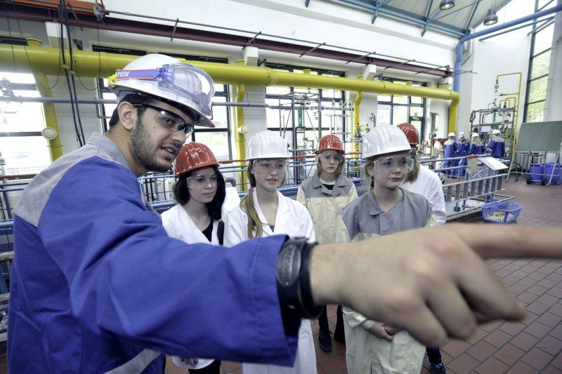00 Schülerinnen erhalten unter Anleitung von Bayer-Auszubildenden Einblick in die Berufe der chemisch-pharmazeutischen Industrie – genau wie bei den Girls' Days der vergangenen Jahre.