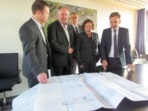 Brigitte van der Jagt und ihre beiden Architekten brachten am Freitag wie angekündigt den Bauantrag für die neue BergGalerie ins Bergkamener Rathaus.