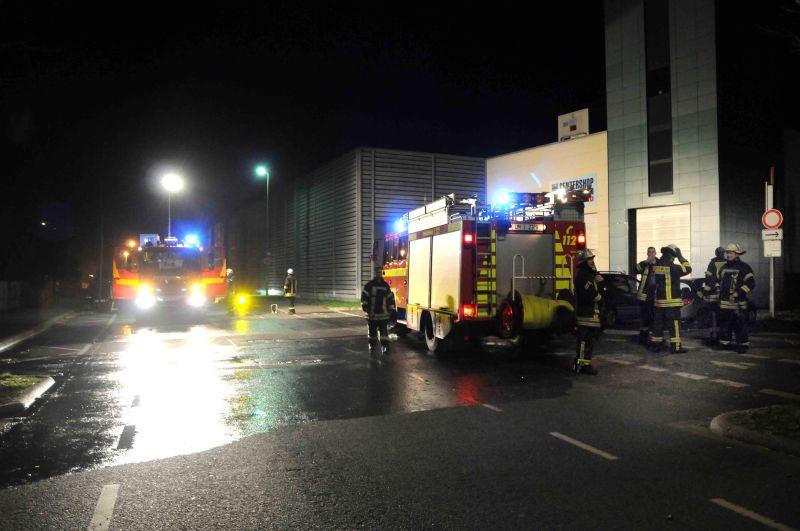 Feuerwehreinsatz am Wohnturm: Unbekannte haben das Stroh angezündet.